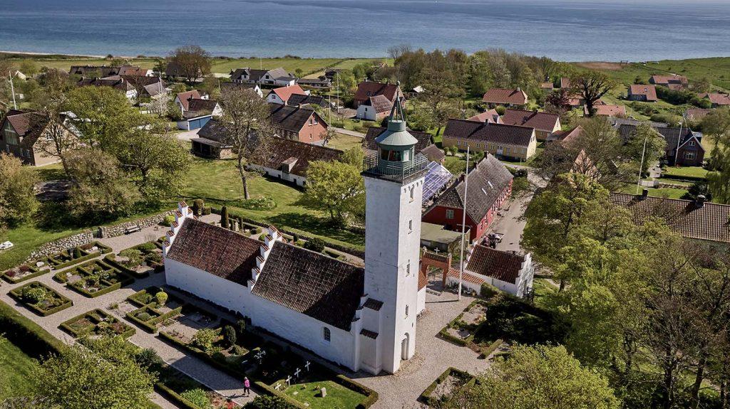 Tunø kirke og fyrtårn og kroen lige bag ved