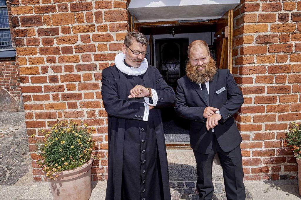 Præsten og kordegnen venter på Bruden ;-))