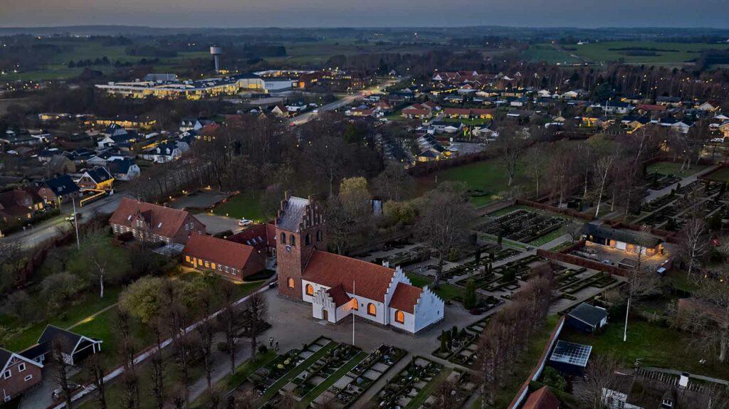 Helsinge Kirke dronefoto