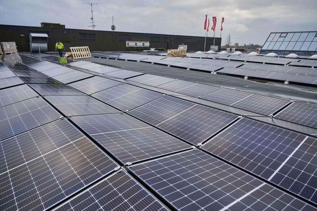 Montering af solceller i Kvickly Helsinge